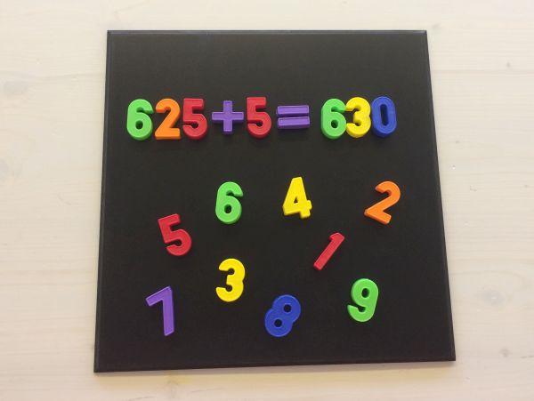 Farbige Zahlen mit Magnettafel